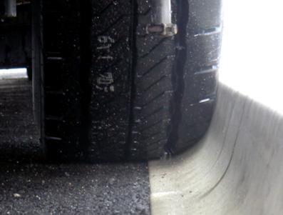 バリアフリー縁石とタイヤの接触部
