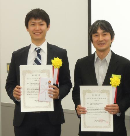 表彰状を手にする清水克典(左)と 網野直也