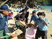 地元中学生と共同で行った 十八鳴浜(くぐなりはま)の清掃