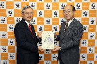 WWFジャパン樋口隆昌事務局長(右)より感謝状を受け取る 横浜ゴム取締役常務執行役員の川上欽也(左)