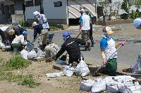 ボランティア活動を行う横浜ゴムグループ社員