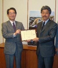 感謝状を授与されたヨコハマロシアL.L.C. 沖島潤一社長(右)