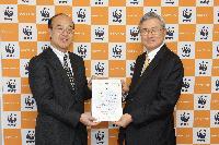 WWFジャパン樋口隆昌事務局長(左)より感謝状を受け取る 横浜ゴム取締役常務執行役員の川上欽也(右)