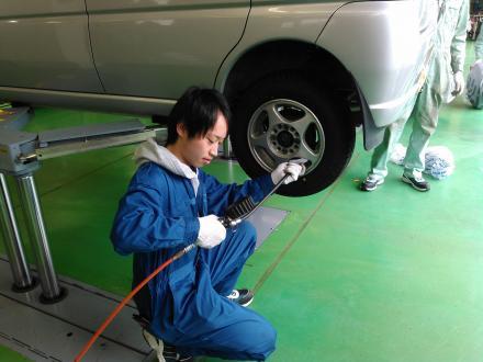 「春の学生整備プロジェクト」でタイヤ交換を行う石巻専修大学の学生