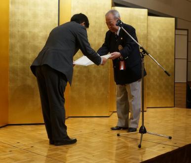 丸森仲吾東北ゴルフ連盟理事長(右)から感謝状を授与される横浜ゴム松浦芳久スポーツ企画室長