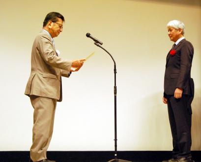 優秀成果賞を授与される横浜ゴムの小石正隆(右)