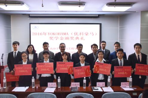 記念撮影する上井清優科豪馬橡膠有限公司副総経理(後列左から4人目)と奨学金を受け取った青島科技大学の学生たち