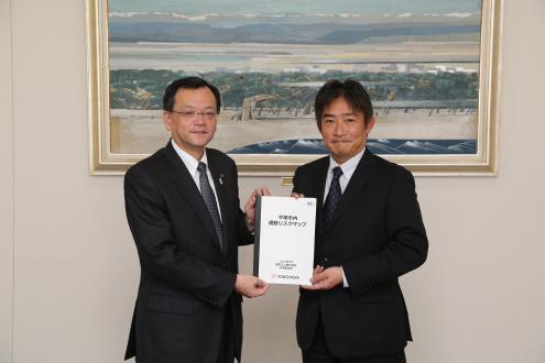 落合克宏平塚市長(左)に「平塚市内通勤リスクマップ」を手渡す小林一司執行役員平塚製造所長