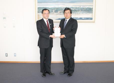 落合克宏平塚市長(左)に義援金を手渡す中澤和也執行役員平塚製造所長
