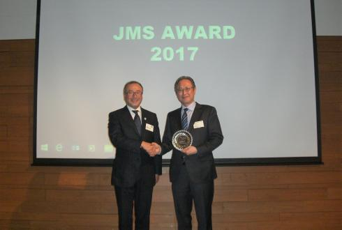 表彰盾を手にする山本忠治執行役員タイヤ企画本部長(右)とJMSの高橋二朗会長
