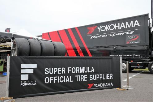 オフィシャルタイヤサプライヤーを務める全日本スーパーフォーミュラ選手権のタイヤサービスブース