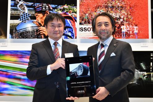 表彰盾を手にする阿部義朗モータースポーツ推進室長(左)とJRPAの小林稔会長