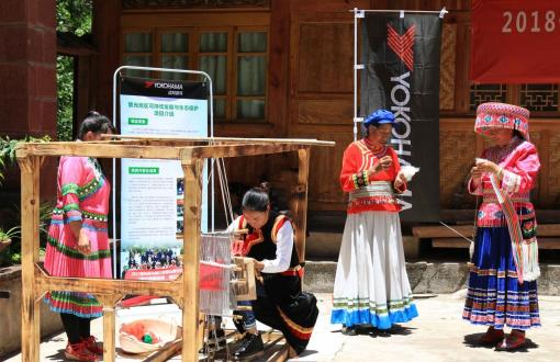 伝統織物の紡績研修を受ける傈僳(リス)族